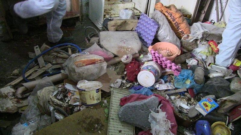 Elbistan'da çöpten ev: Tonlarca atık madde çıkan ev belediye ekiplerince temizlendi!