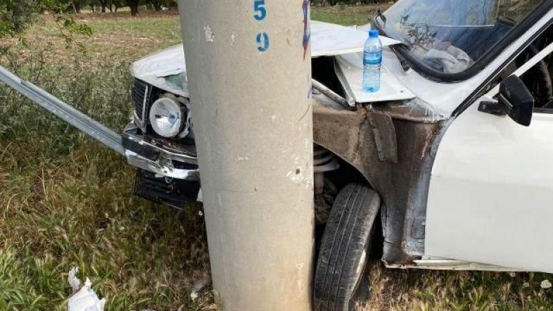 Elektrik direğine çarpan otomobildeki 2 kişi yaralandı