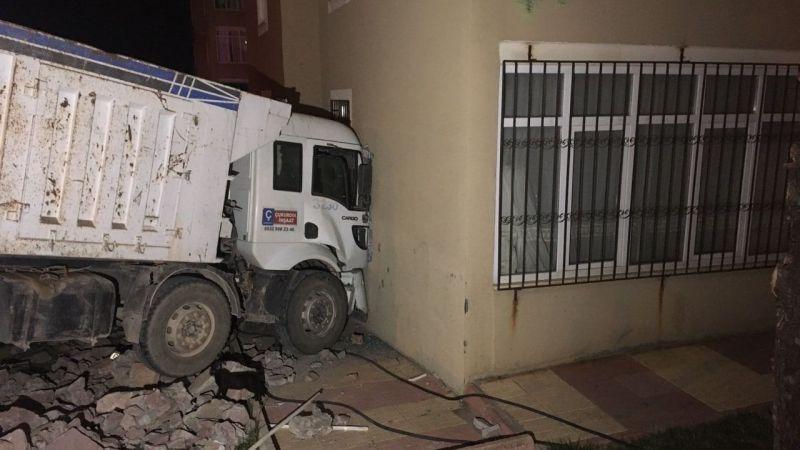 Freni boşalan kamyon apartmana çarptı