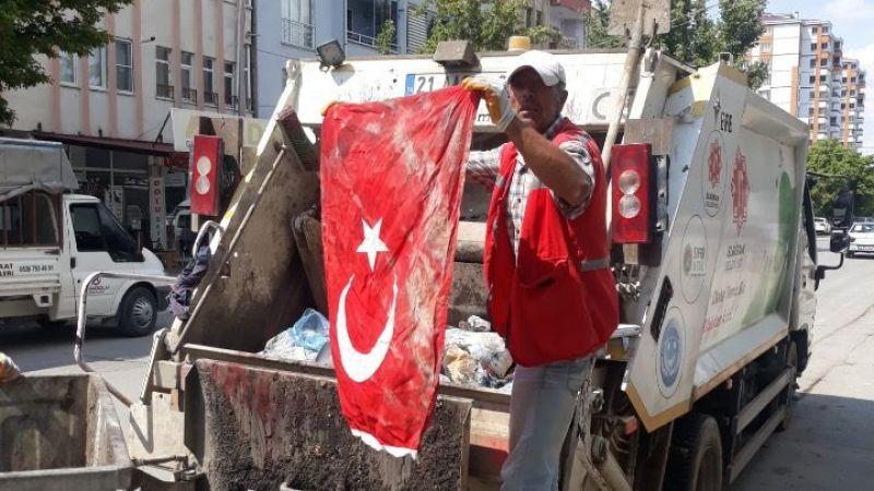 Çöpte Türk bayrağı buldu, öpüp cebine koydu!