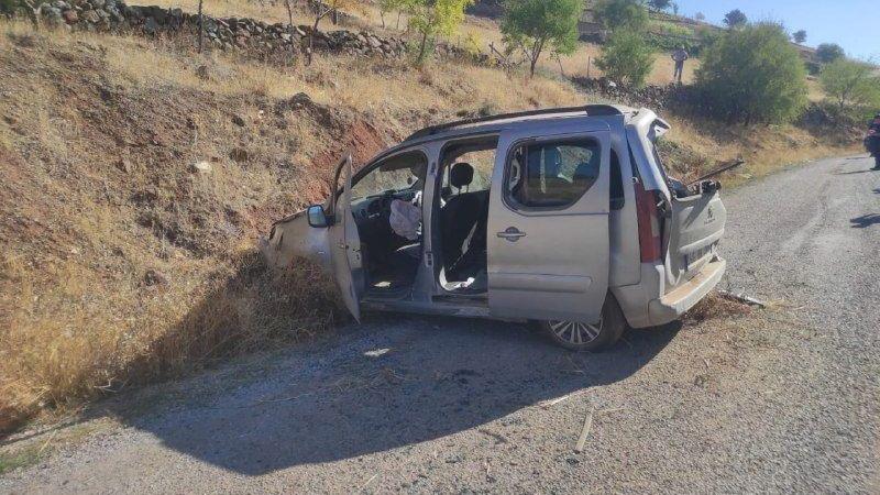 Hafif ticari araç toprak zemine çarptı: 3 yaralı