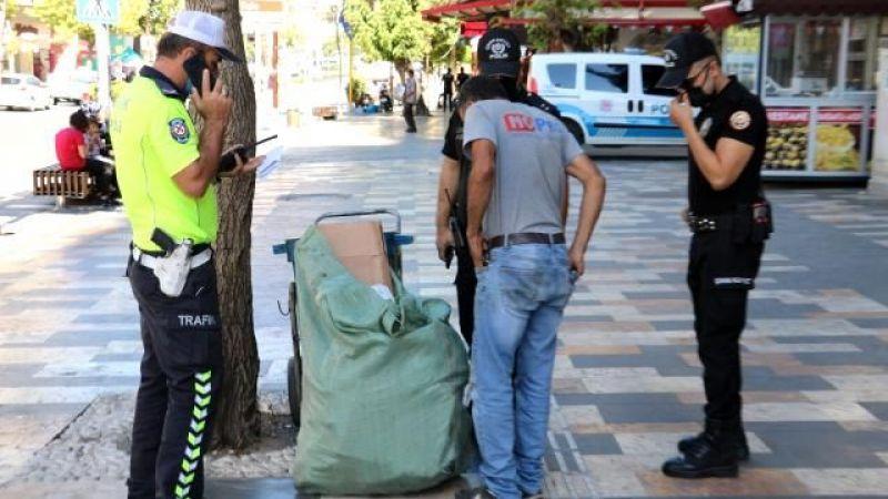 Kahramanmaraş'ta 10 bin doları bulan iki Suriyeli parayı polise teslim etti