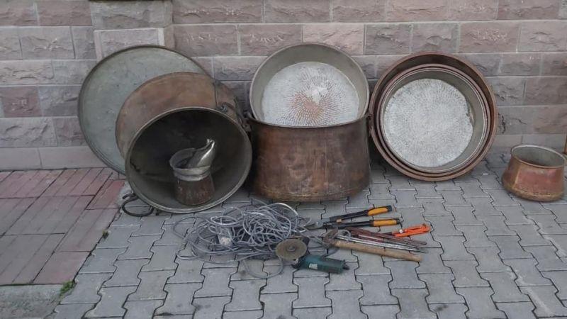 Elbistan'da bakır kazan ve leğen hırsızları polisten kaçamadı