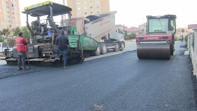 Elbistan'da altyapısı tamamlanan yolların asfalt kaplaması devam ediyor