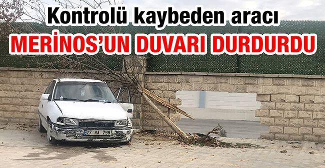 Gaziantep'te kontrolü kaybeden aracı, Merinos'un duvarı durdurdu!
