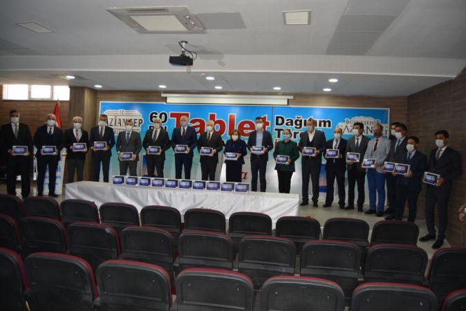 Gaziantep'in İslahiye ilçesinde ihtiyaç sahibi öğrencilere tablet bilgisayar dağıtıldı