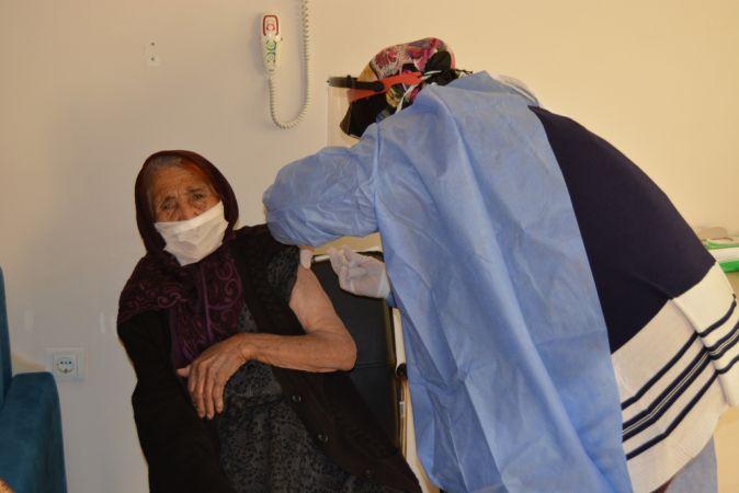 Gaziantep'te 111 yaşındaki Fatma Tıraş'a CoronaVac aşısı uygulandı