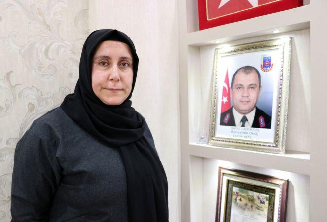 Şehit eşi ve kardeşinin anılarını evinde yaşatıyor