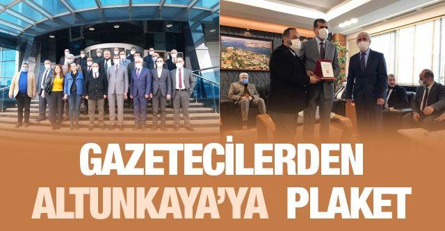 Gazetecilerden Altunkaya'ya  plaket