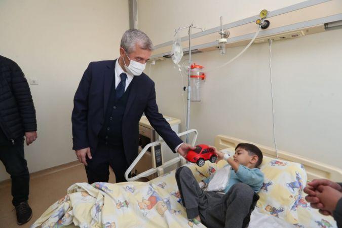 Tahmazoğlu minik hastaları yalnız bırakmıyor