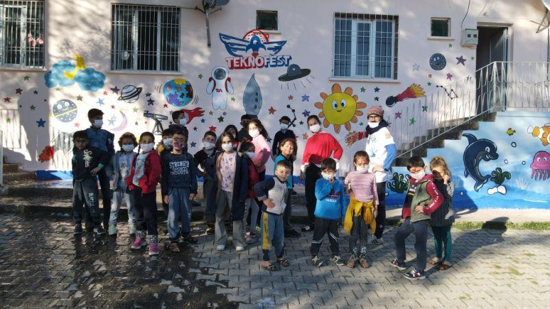 Gönüllü öğrenciler omuz omuza verip 19 köy okulunu renklendirdi