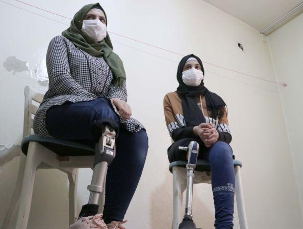 Suriyeli kız kardeşlerin protez bacak mutluluğu