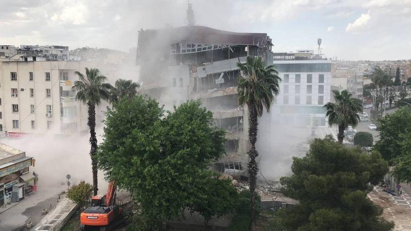 Video Haber..Şanlıurfa'da belediye binasının yıkım anı kamerada