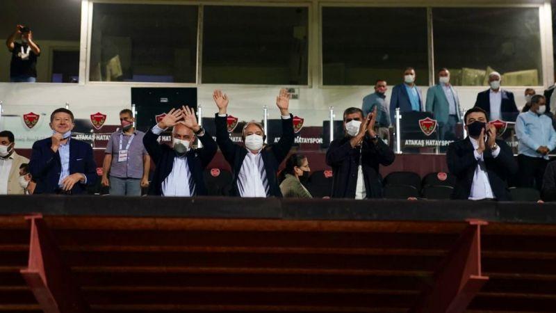 Futbolcuları ayakta alkışladılar
