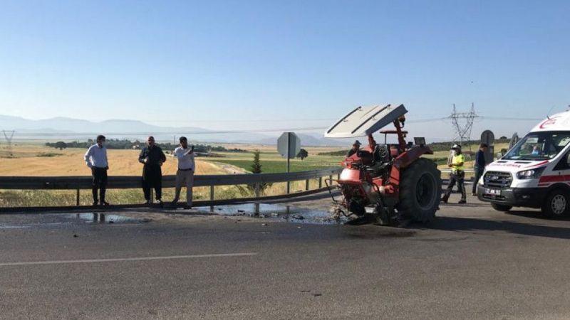 Gaziantep'te hafif ticari araçla traktör çarpıştı: 2 yaralı