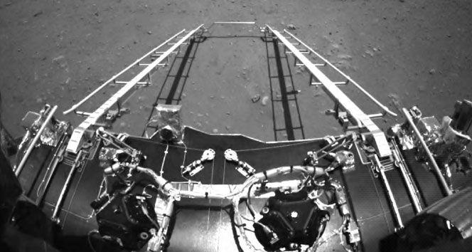 Çin, Mars keşif aracının Kızıl Gezegen'de çektiği ilk fotoğrafları yayınladı