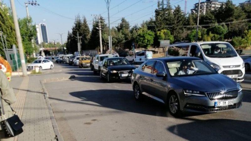 Gaziantep'te tramvay ile taksi çarpıştı trafik kitlendi!