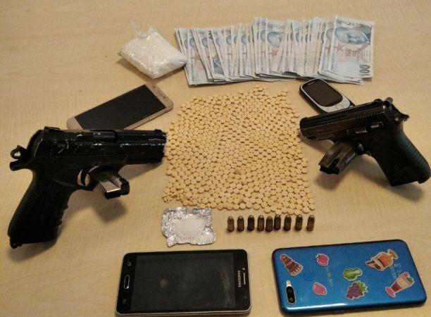 Son Dakika...Şüpheli şahısların üzerinden uyuşturucu ve silah çıktı