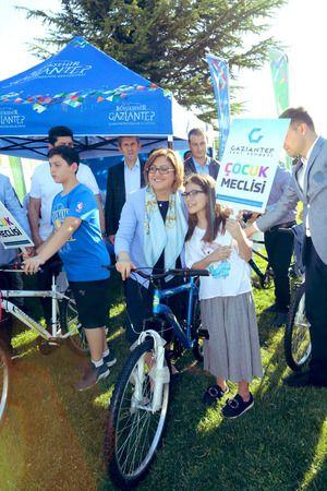 Fatma Şahin bisiklet kullanımına teşvik ediyor