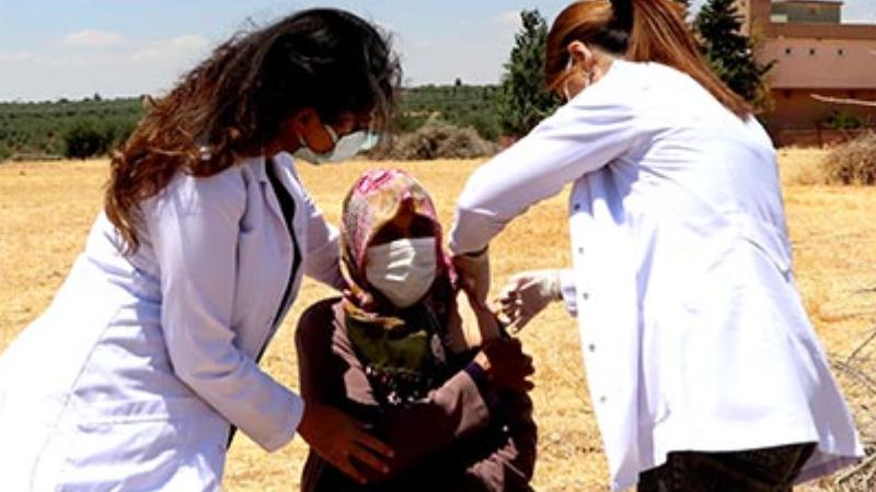 İğneden Korkan Kadın,Tarlada Aşı Oldu
