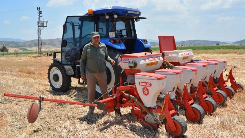 Sürücüsüz traktörle tarlalarını eken çiftçiler hem zamandan hem maliyetten tasarruf ediyor