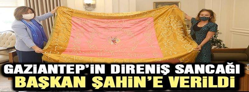 Gaziantep'in direniş sancağı Başkan Şahin'e verildi