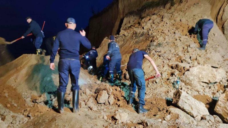 Ukrayna'da plajda toprak kayması yaşandı