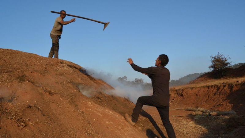 Odun kömürü işçilerinin zorlu mesaisi