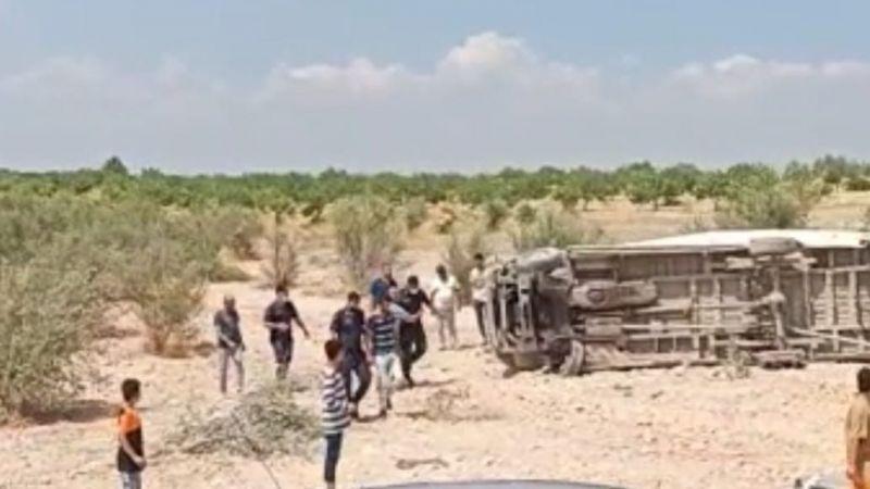 Lastiği patlayan minibüs taklalar attı: 4 yaralı