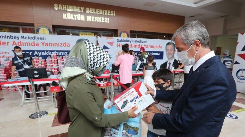 Şahinbey Belediyesi 150 bin adet spor ayakkabı dağıtımını sürdürüyor