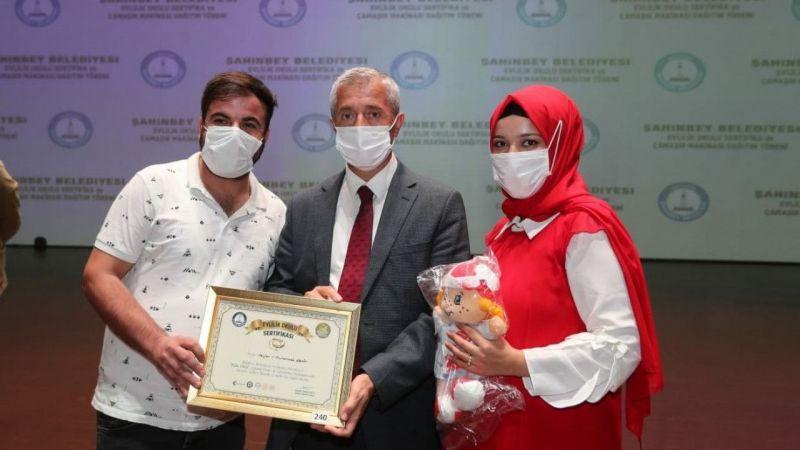 Şahinbey'de Evlilik Okulu'ndan 277 çift daha sertifikalarını aldı