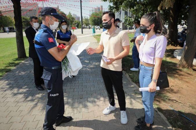 Zabıta ekipleri,vatandaşlara karanfil armağan etti