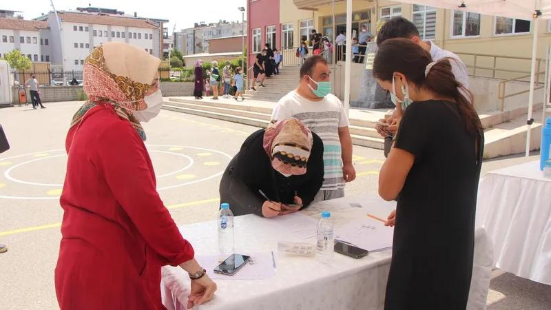 Gaziantep'te öğrenciler okula gitti, velilerde aşıya koştu
