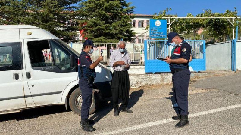 Nizip'te jandarma ekipleri öğrenci servis araçlarını denetledi