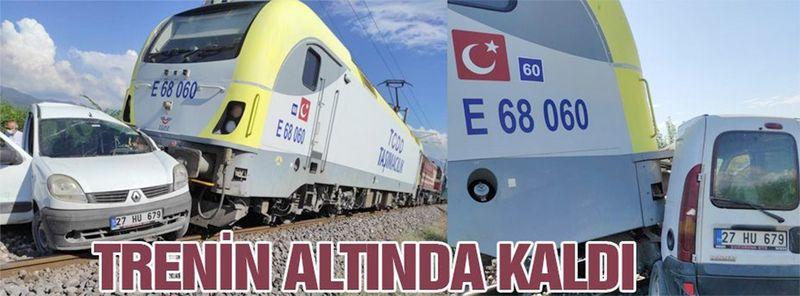 Gaziantep'ten Hatay'a giden araç trenin altında kaldı