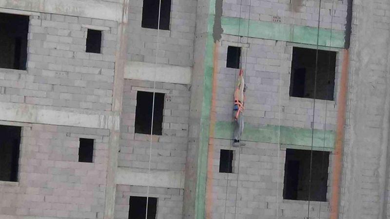 Son Dakika: Video Haber...Gaziantep'e komşu il Osmaniye'de işçi 4'üncü katta asılı kaldı! İşte O Anlar!