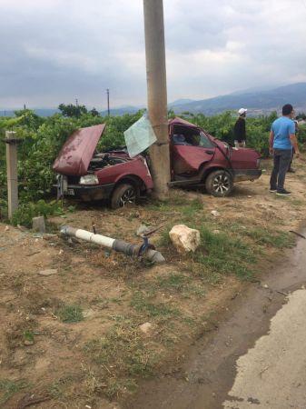 Elektrik direğine çarpan otomobil sürücüsü hayatını kaybetti