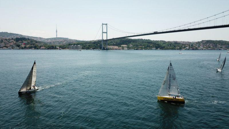 İstanbul Boğazı'nda yelkenli yarışları havadan görüntülendi