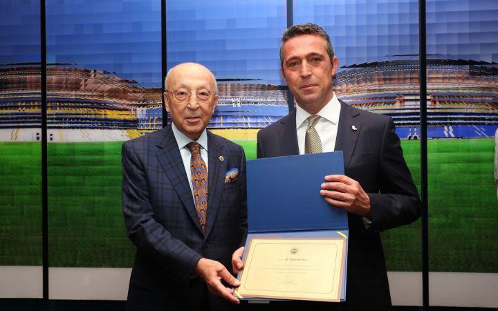 Fenerbahçe'de başkan Ali Koç ve yönetim kurulu üyeleri, mazbatalarını aldı