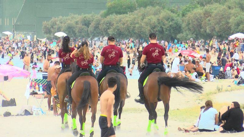 (Havadan fotoğraflarla) Atlı polislerden Küçükçekmece sahilinde denetim