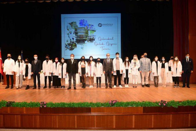 Eczacılık Fakültesi öğrencileri Rektör Erdal'ın katıldığı törenle önlüklerini giydi