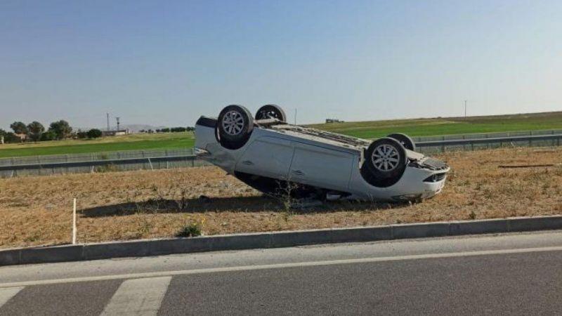 Otomobil orta refüje devrildi: 3 yaralı