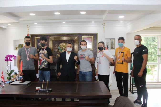 Seydişehir Belediye Başkanı, Muay Thai'de Türkiye şampiyonu olan sporcuyu altınla ödüllendirdi