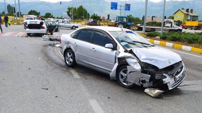 Otomobiller çarpıştı! 8 yaralı var