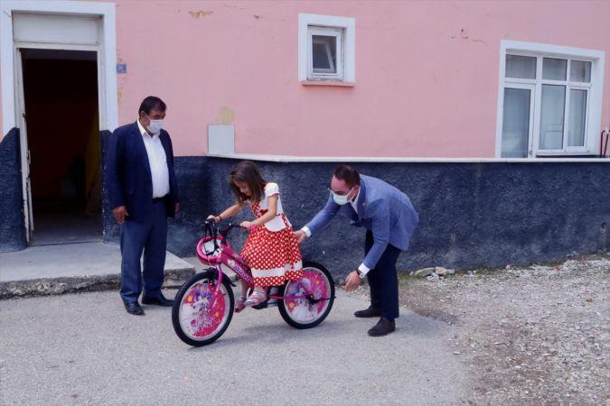 Bisikletin yaygın olmadığı Altınekin'de çocukların yüzü kaymakamlığın sürpriziyle güldü