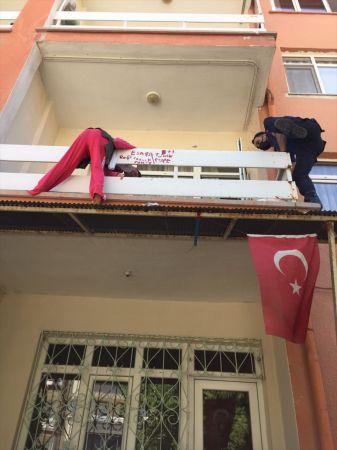 Konya'da düşmek üzere olan engelli vatandaşı polis ekipleri kurtardı