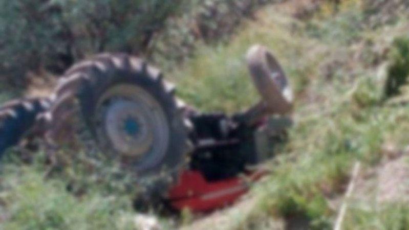 Kullandığı traktörün altında can verdi
