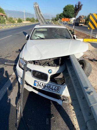 Konya'da refüjdeki korkuluklara çarpan otomobildeki 3 kişi yaralandı