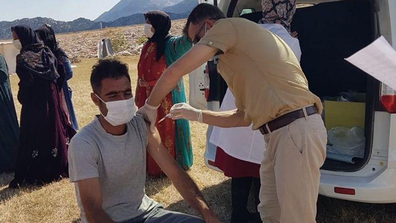 Tarım işçilerine Kovid-19 aşısı tarla ve kaldıkları çadırda yapıldı