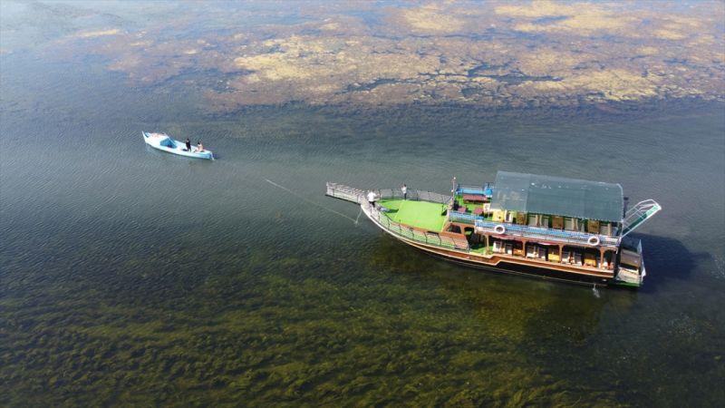 Beyşehir Gölü'nde çamura saplanan gezinti yatı, balıkçı kayığıyla yüzdürüldü